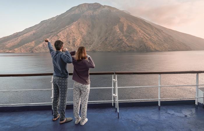 Con Siremar ti addormenti a Napoli e ti svegli alle Isole Eolie